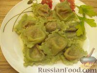 Фото к рецепту: Зеленые равиоли с томатно-сырной начинкой