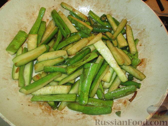 Фото приготовления рецепта: Яблочно-сливовый крамбл с овсяными хлопьями - шаг №20