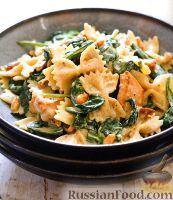 Фото к рецепту: Паста с курицей и шпинатом под сливочным соусом