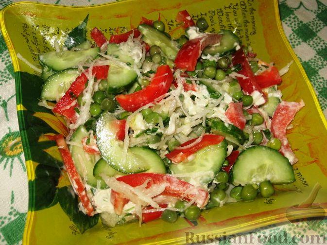 Фото приготовления рецепта: Салат с дайконом, красным перцем и огурцом - шаг №3
