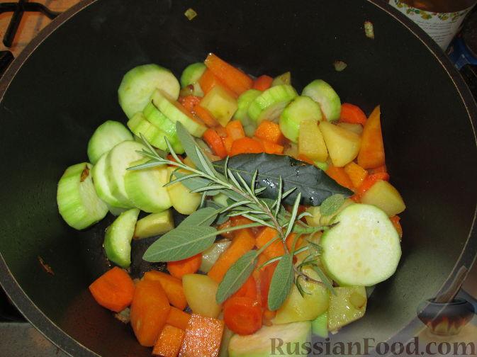 Фото приготовления рецепта: Запеченная свиная рулька, с жареными яблоками - шаг №8