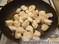 Фото приготовления рецепта: Куриное филе, тушенное с шампиньонами - шаг №2