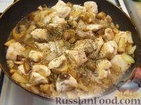 Фото приготовления рецепта: Куриное филе, тушенное с шампиньонами - шаг №7