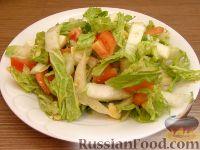 Фото к рецепту: Салат из пекинской капусты с помидорами и кунжутом