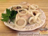 Фото к рецепту: Скумбрия маринованная с луком