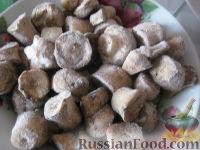 Фото приготовления рецепта: Куриная грудка, жаренная с грибами - шаг №4