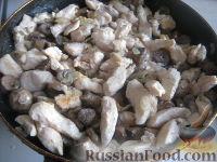 Фото приготовления рецепта: Куриная грудка, жаренная с грибами - шаг №7