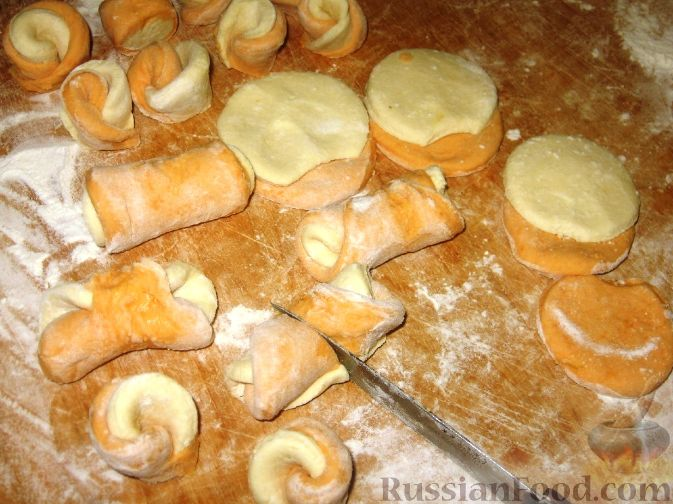 """Фото приготовления рецепта: Творожно-тыквенные галушки """"Цветочки"""" - шаг №7"""