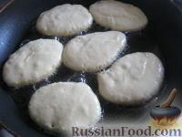 """Фото приготовления рецепта: Оладьи на кефире """"Пышные"""" - шаг №8"""
