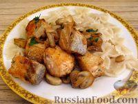 Фото к рецепту: Жареная семга с грибами
