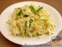 Фото к рецепту: Капустный салат с дайконом и брынзой