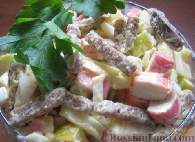 Рецепт Салат из крабовых палочек с яблоками и сухариками