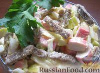 Фото к рецепту: Салат из крабовых палочек с яблоками и сухариками