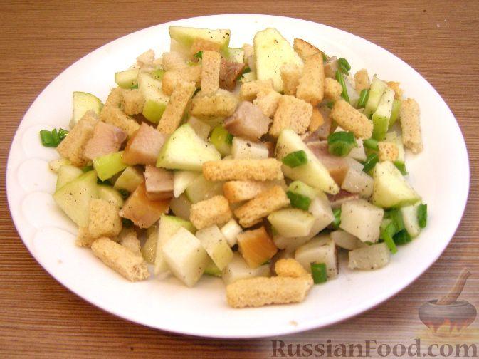 Рецепт Картофельный салат с копченой селедкой и сухариками