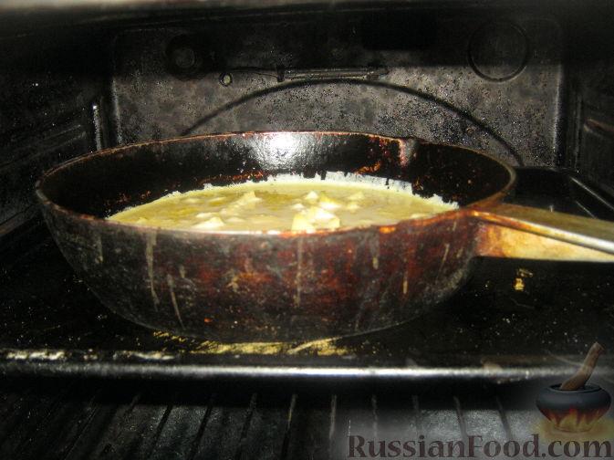 Шарлотка в сковороде с яблоками рецепт с пошагово