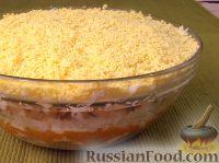 """Фото к рецепту: Салат """"Мимоза"""" с рисом и копченой рыбой"""