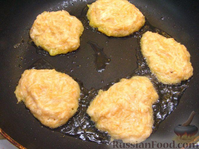 Фото приготовления рецепта: Оладьи из картофеля и тыквы - шаг №10