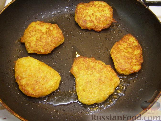 Фото приготовления рецепта: Оладьи из картофеля и тыквы - шаг №11