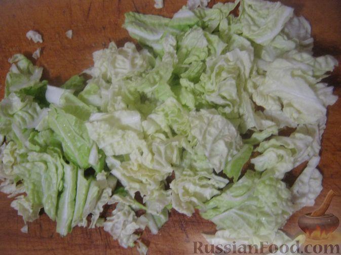 Фото приготовления рецепта: Салат с ананасами и ветчиной - шаг №7