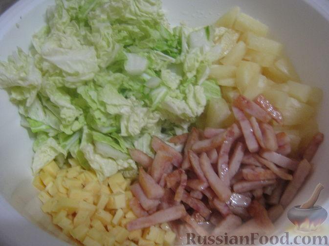 Фото приготовления рецепта: Салат с ананасами и ветчиной - шаг №8