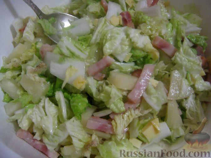 Фото приготовления рецепта: Салат с ананасами и ветчиной - шаг №9