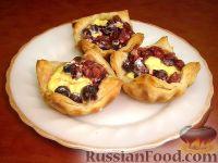 Фото к рецепту: Слоеные ватрушки с творогом и ягодами