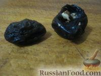 Фото приготовления рецепта: Чернослив, фаршированный орехами, в вине - шаг №4