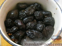 Фото приготовления рецепта: Чернослив, фаршированный орехами, в вине - шаг №5