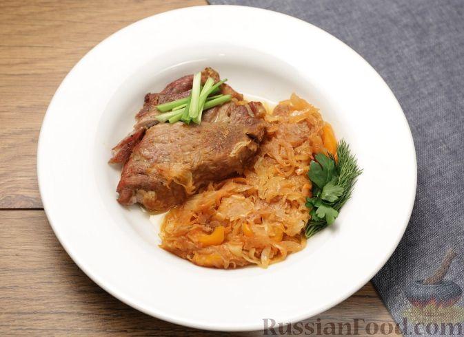 Рецепт Пикантная свиная шейка на капусте с паприкой