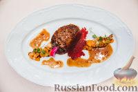 Фото к рецепту: Жареная утиная грудка с луково-клюквенным конфитом и фруктовым чатни
