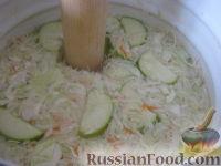 Фото приготовления рецепта: Квашеная капуста с яблоками - шаг №9