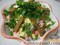 Фото к рецепту: Салат с сухариками и крабовыми палочками