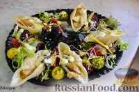 """Фото к рецепту: Салат с мидиями в """"ракушках"""", с оригинальной заправкой"""