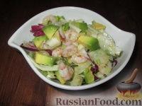 Фото к рецепту: Салат из авокадо с креветками, крабовыми палочками и фенхелем