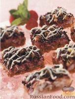 Фото к рецепту: Кокосовые пирожные с малиной, орехами и шоколадом