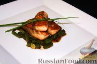 Фото к рецепту: Лосось с фасолью и тыквенными семечками под устричным соусом