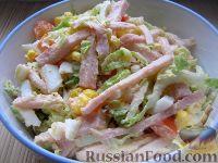 """Фото к рецепту: Салат """"Закусочный"""" из ветчины, яиц и помидоров"""