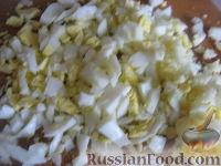 """Фото приготовления рецепта: Салат """"Закусочный"""" из ветчины, яиц и помидоров - шаг №5"""