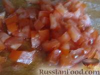 """Фото приготовления рецепта: Салат """"Закусочный"""" из ветчины, яиц и помидоров - шаг №4"""