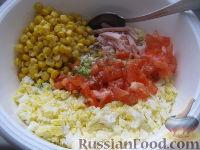"""Фото приготовления рецепта: Салат """"Закусочный"""" из ветчины, яиц и помидоров - шаг №6"""