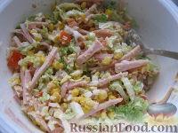 """Фото приготовления рецепта: Салат """"Закусочный"""" из ветчины, яиц и помидоров - шаг №7"""