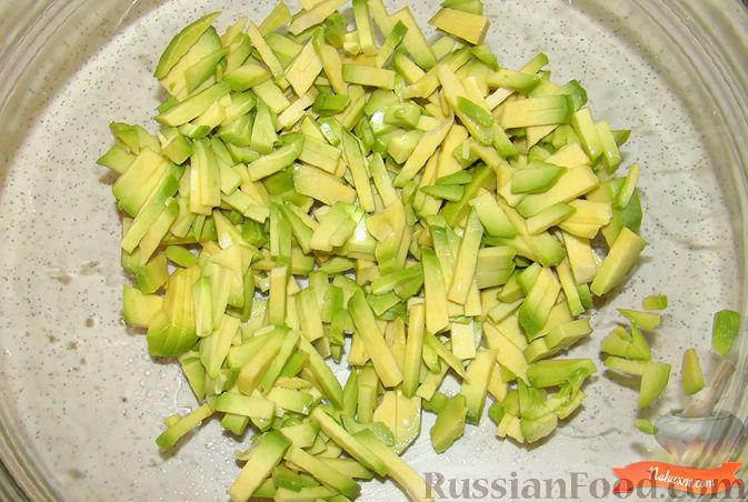 Фото приготовления рецепта: Салат из крабовых палочек и авокадо - шаг №2