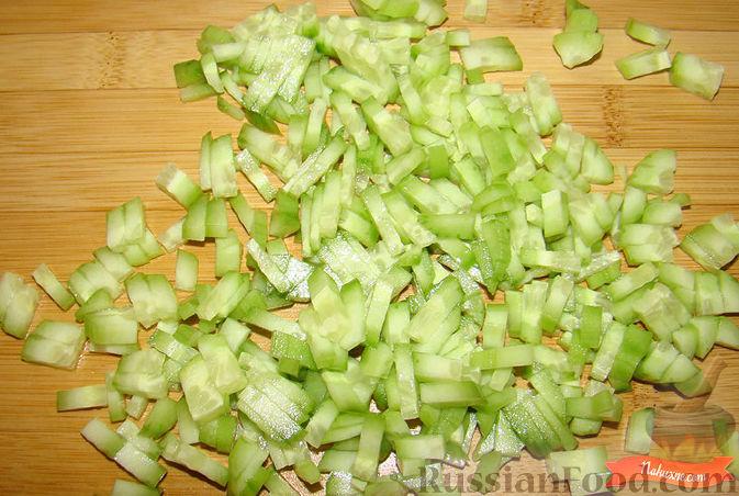 Фото приготовления рецепта: Салат из крабовых палочек и авокадо - шаг №3