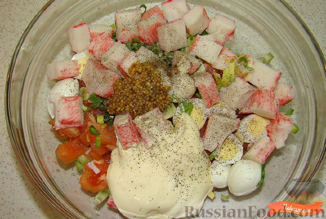 Фото приготовления рецепта: Салат из крабовых палочек и авокадо - шаг №8