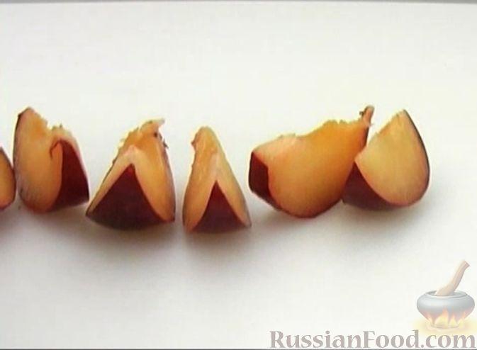 Фото приготовления рецепта: Чизкейк творожный со сливами - шаг №8