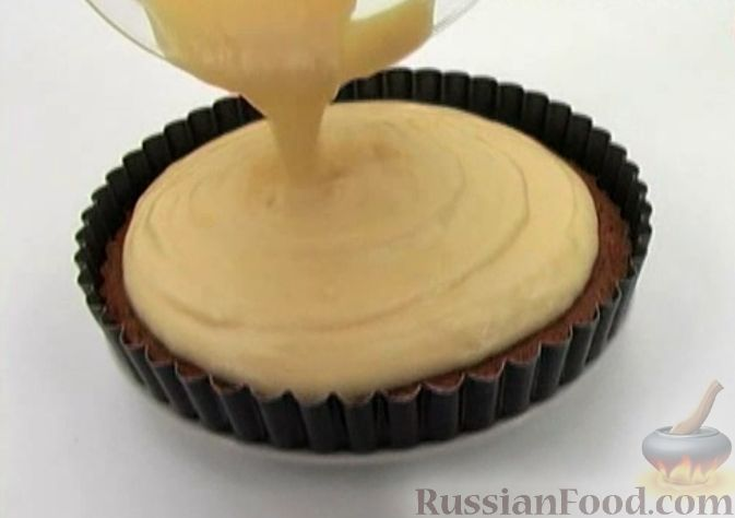 Фото приготовления рецепта: Чизкейк творожный со сливами - шаг №9