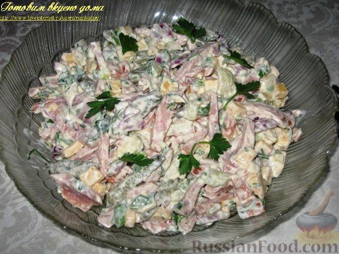 Салат с колбасой сыром и солеными огурцами рецепт