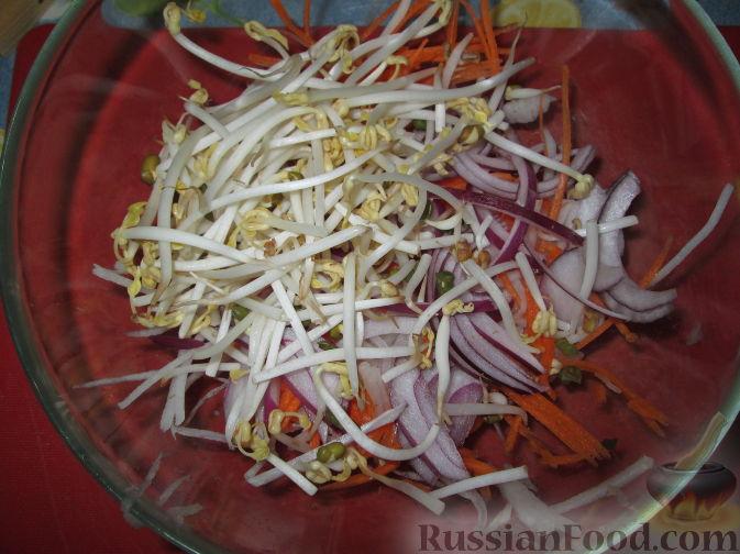 Фото приготовления рецепта: Салат с дайконом и ростками сои - шаг №2