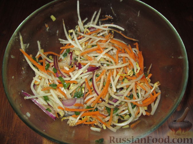 Фото приготовления рецепта: Салат с дайконом и ростками сои - шаг №4