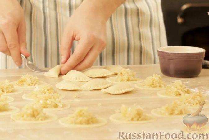 Фото приготовления рецепта: Слойка с ветчиной, сметаной и зеленью петрушки - шаг №6